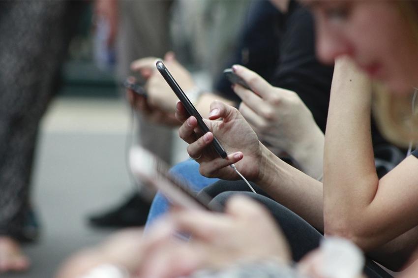 Influências das mídias sociais no consumo de álcool entre adolescentes e jovens